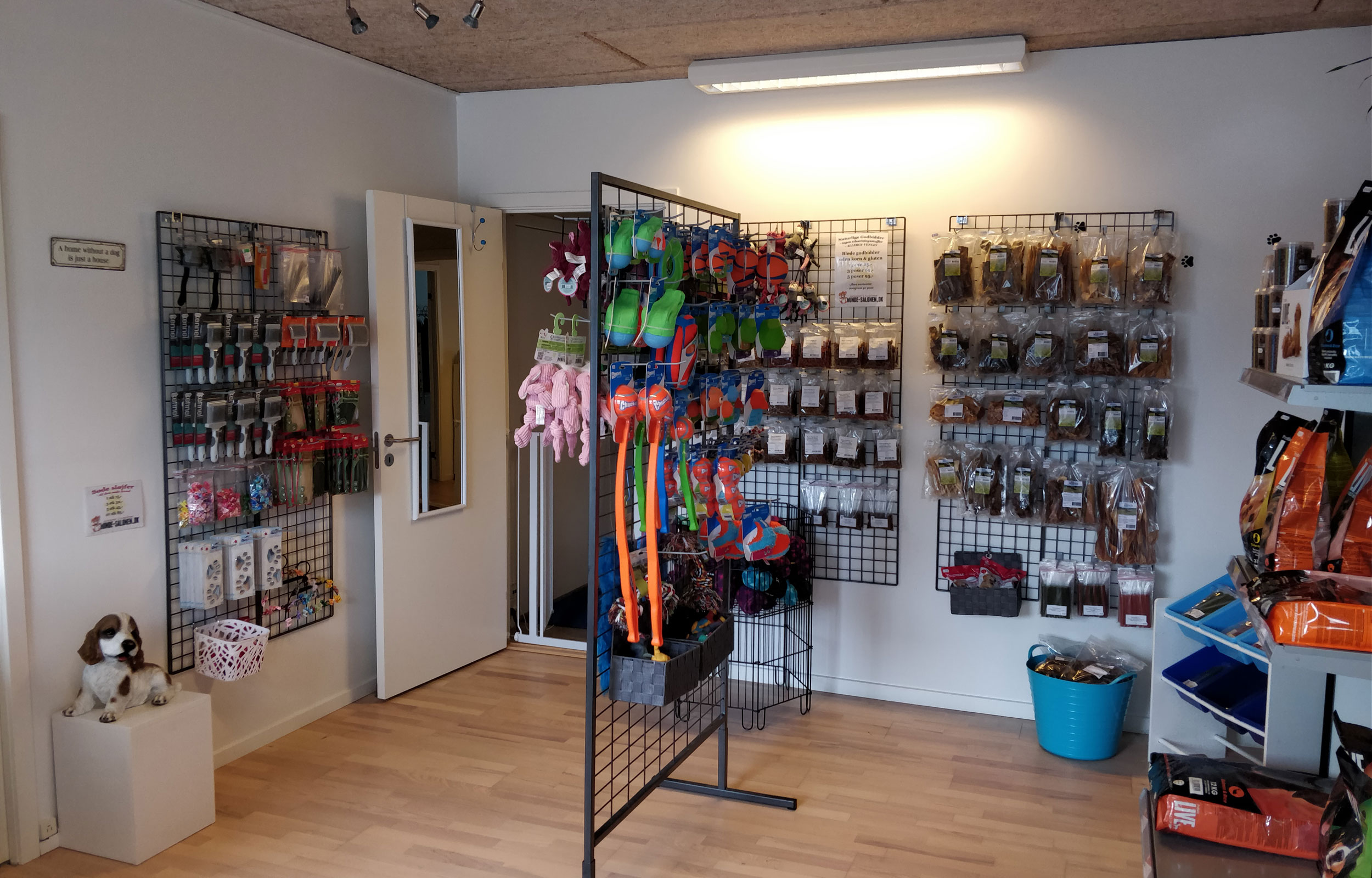 I butikken er der et udvalg af allergivenligt foder, godbidder og snacks, kvalitets-legetøj og lidt til pelsplejen